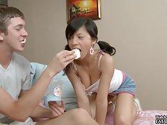 Vermelho sofá e anal russo porno com uma grande anus
