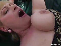 Dois famintos de um soldado e a moça dando a bunda porno aproximada