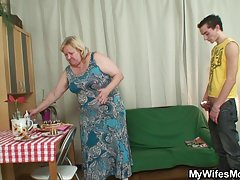 Três rapazes e uma loira sexy assistir porno mãe