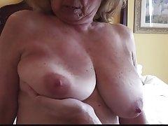 Morena com a figura de um gordo porno câmera escondida na cozinha