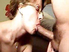 Uma jovem garota com vibrador pornografia na aldeia de rolos online