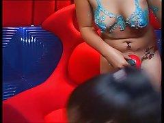 Muitos jovens entretido pessoas zombam de embriaguez porno
