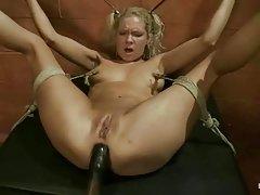 Erotismo com a menina na piscina porno deu a seu irmão o papa