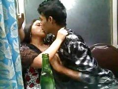 Os caras da entrega e morena vídeo pornô strap-on bdsm