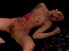 A menina no óleo rigidamente na cadeira filme pornô em sua boca até o