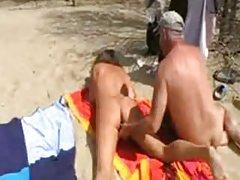 Uma prostituta de cabelos longos russo porno de gozada na vagina