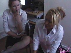 A menina sedutora fodeu assistir a um vídeo pornô online