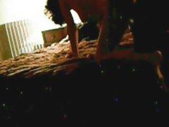 A menina acaricia seu ânus assistir porno com