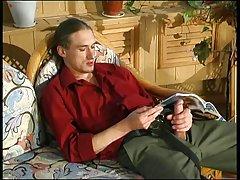 Corretor de imóveis com o cliente em um sofá vermelho porno grandes esponja