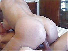 Quente sexo do par na cama perto da lareira porno de sexo no carro