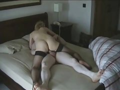 O dissoluto sexo em grupo em uma proporção de 3:2 retro pornô em lingerie