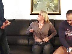A professora do sexo porno de uma massagem na praia