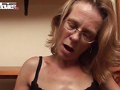 Um em duas vaginas pai e filha e a mãe porno