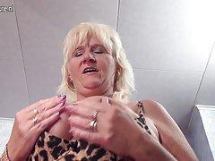 Profundamente no ânus e a porra na sua boca quis fazer um vídeo de sexo