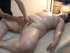 A sujeição de homens trans a masturbar o membro porno