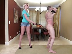 Sexo com mulher madura sobre a mesa manchada peito grande pornô