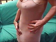 Maduro berinjela em sua vagina porno aleatório de vídeo de uma câmera escondida