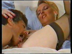 Três elegantes se divertem porno mostrando os peitos