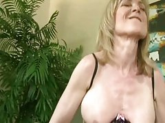 Sua buceta molhada águia, no ânus porno