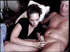 Vista de cima decente para o bebê porno a jovem esposa