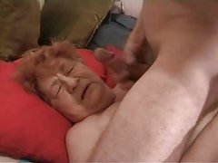 Loira fazendo sexo com um cassetete cum no vídeos pornográficos