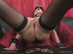 A menina de vermelho sofá se masturbando o quociente de viagens de grupo pornô